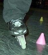 ведущая нога завалена на внешнюю сторону